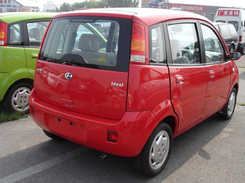 红色爱迪尔车身右后高清图片