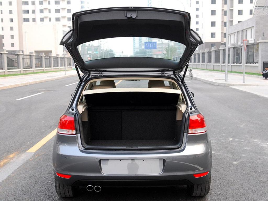 高尔夫黑色高尔夫后车箱高清图片