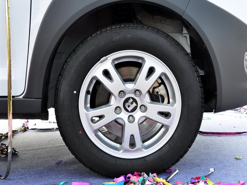 白色瑞麒x1车轮胎高清图片 瑞麒x1壁纸图片高清图片