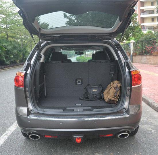 昂科雷的后门很人性化,打开车门,液压挺杆匀速的打开后备箱盖.图片