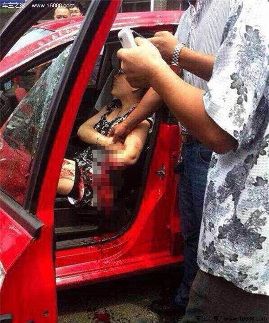 女子开车时将手伸出窗外致折断