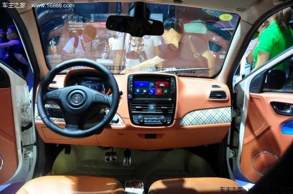 外观方面,知豆D2采用三门设计,车身尺寸方面,知豆D2的长宽高分别为2808/1540/1555mm。倒梯形的前保险杠进气口与椭圆头灯搭配显得更加运动化。车身后部线条简洁,总体偏向功能型设计。   内饰配置方面,新车将配备真皮座椅、电动调节外后视镜、无钥匙启动、无线智能系统、倒车雷达、倒车影像、车道偏离警示、防碰撞预警以及行车记录仪等配置。  动力方面,知豆D2所搭载的电动机最大功率为24马力,最大扭矩85Nm。新车所配备锂离子电池完全充满电需要6-7小时。新车的最高车速为88km/h,新车的续航里程为