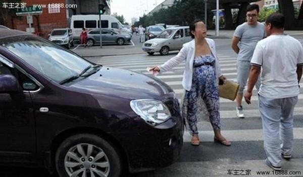 机动车女司机则表示,鸣笛的时候她和孕妇是有一定距离的,对方高清图片
