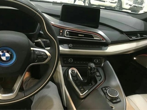 汽车仪表板装配-车装备有数字化仪表盘、后视摄像头、平视显示、碰撞警告系统等丰高清图片